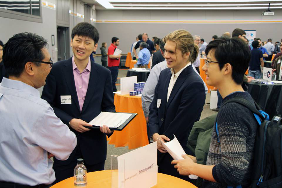 学生们 discuss career development at Hire Tigers
